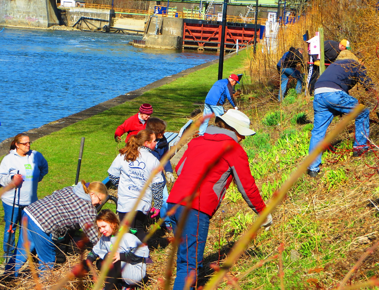 Volunteers during annual Lyons Erie Canal Cleansweep (photo)